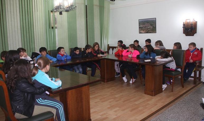 Reunión de la Corporación Municipal y el Consejo de Infancia y Adolescencia de Pedrola en el II Pleno Infantil