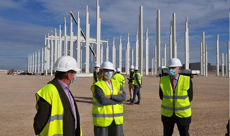La alcaldesa de Pedrola supervisa la construcción de la planta de SPHERE en El Pradillo