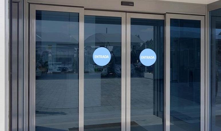 Pedrola instala puertas automáticas para la mejora de la accesibilidad en los centros municipales