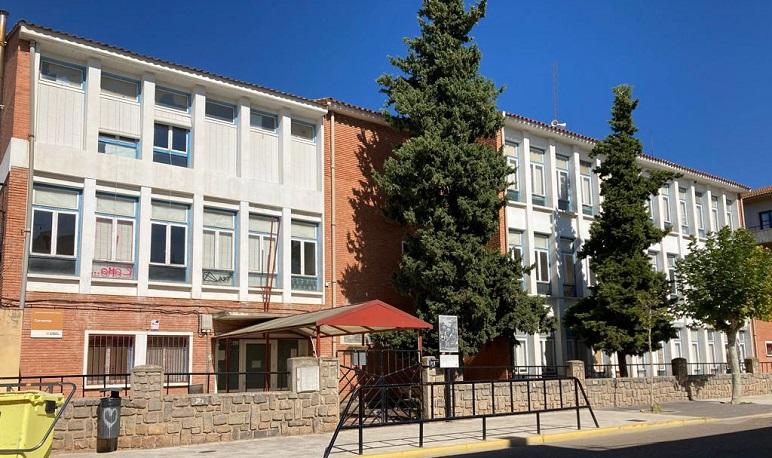 El Ayuntamiento de Pedrola firma el contrato para el derribo del antiguo colegio Cervantes